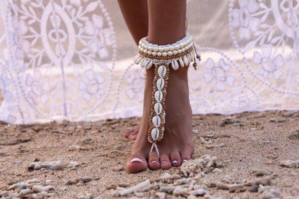 Bransoletka na plażę z muszelek kauri biała