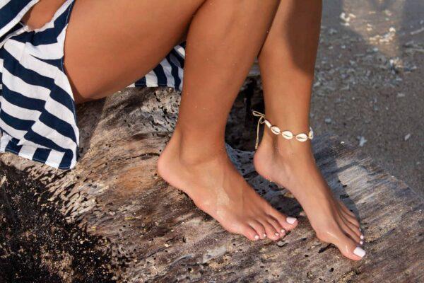ręcznie robiona bransoletka na stopę w stylu boho z muszelek