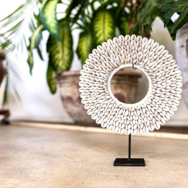 Ręcznie robiona ozdoba z muszelek kauri na stojaku