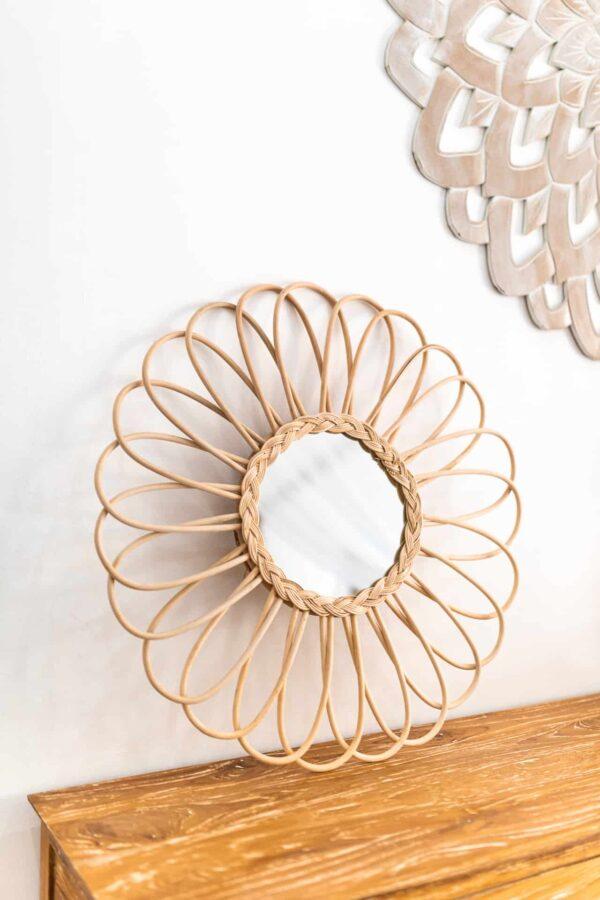 Lustro rattanowe w kształcie kwiatka