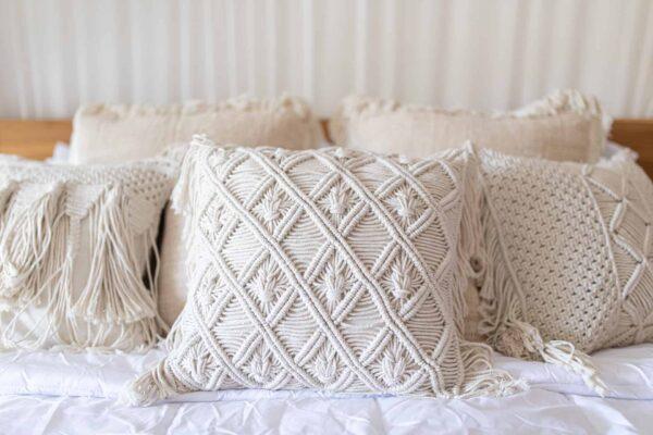 Pleciona poduszka makrama w romby ze sznurka