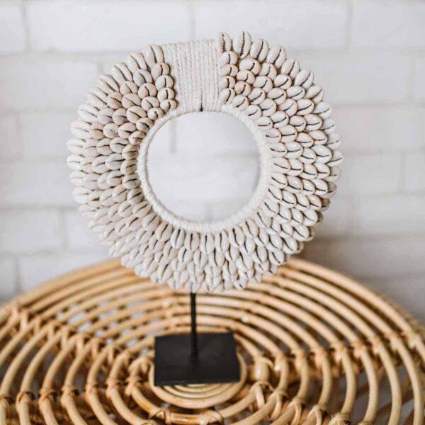 okrągła ozdoba z muszelek kauri