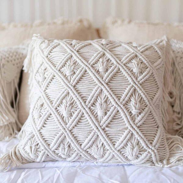 Biała kwadratowa poszewka na poduszkę pleciona na Bali ręcznie