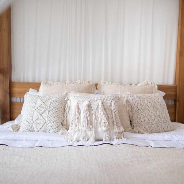 Poduszka makrama do sypialni pleciona na bali