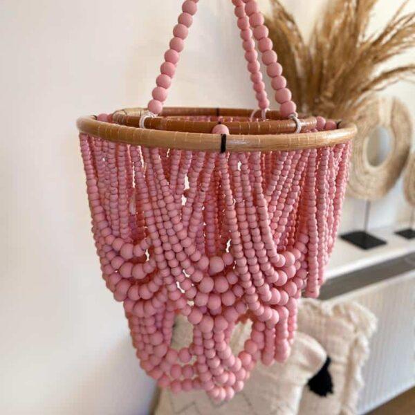 różowy żyrandol z kulkami i koralikami