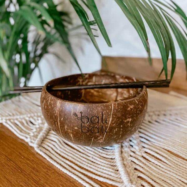 miska z łupiny kokosa z pałeczkami
