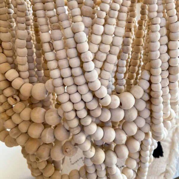 żyrandol z drewnianych koralików