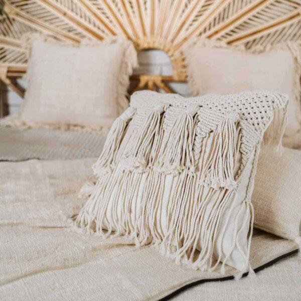 poduszka z frędzlami z makramy