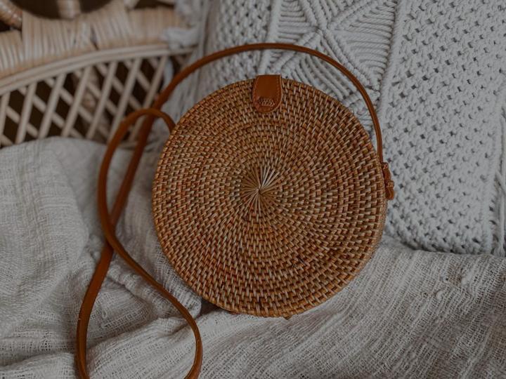 okrągła torebka rattanowa