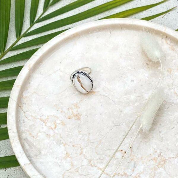 srebrny pierścionek z muszlą